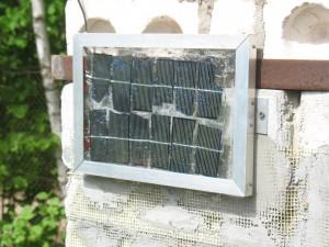 Солнечная батарея на южной стене туалета